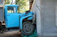 Грузовик припарковался в жилой дом.